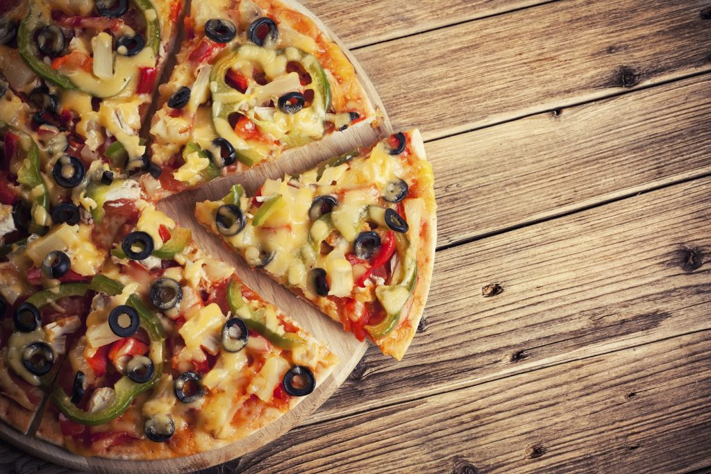 food photography tips: placing a pizza on a wooden table